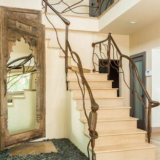 """Esempio di una grande scala a """"L"""" bohémian con pedata in legno e alzata in legno"""