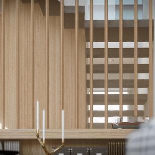 Imagen de escalera suspendida, costera, grande, con escalones de travertino, contrahuellas de travertino y barandilla de madera