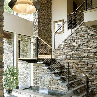 Inspiration för en funkis trappa, med öppna sättsteg och kabelräcke