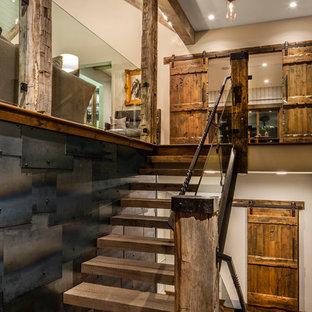 Foto di una piccola scala a rampa dritta stile rurale con pedata in legno, nessuna alzata e parapetto in metallo