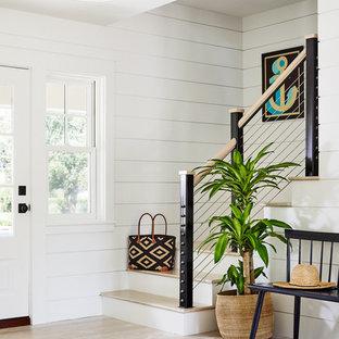 Idéer för maritima l-trappor i trä, med sättsteg i målat trä och kabelräcke