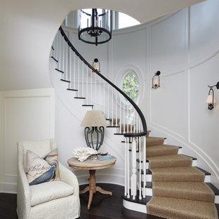 Imagen de escalera curva, costera, con escalones de madera y contrahuellas de madera pintada