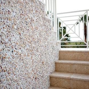 Imagen de escalera en U, contemporánea, de tamaño medio, con escalones de terracota, contrahuellas de terracota y barandilla de metal