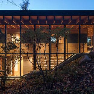 シアトルの中サイズの木のモダンスタイルのおしゃれな直階段 (木の蹴込み板、木材の手すり) の写真