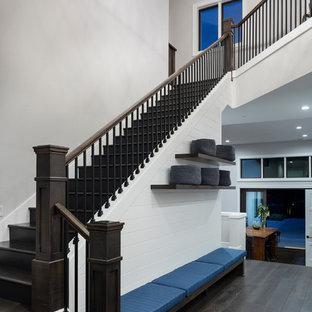 ポートランドの中サイズの木のエクレクティックスタイルのおしゃれなかね折れ階段 (木の蹴込み板、木材の手すり) の写真