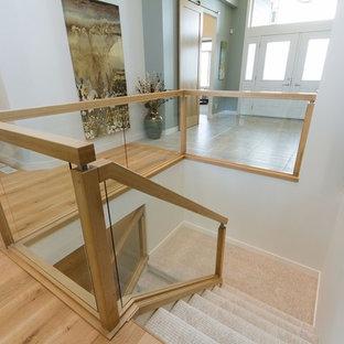 Imagen de escalera en U, escandinava, grande, con escalones enmoquetados y contrahuellas enmoquetadas