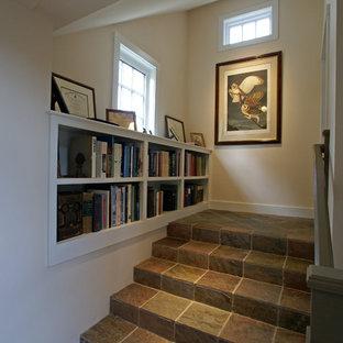 ボストンの中くらいのスレートのトラディショナルスタイルのおしゃれな直階段 (スレートの蹴込み板) の写真