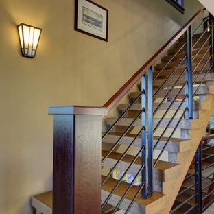 Imagen de escalera suspendida, tradicional renovada, de tamaño medio, sin contrahuella, con escalones de madera y barandilla de metal