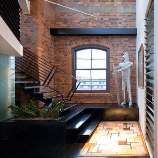 Imagen de escalera recta, industrial, grande, sin contrahuella, con escalones de madera y barandilla de metal