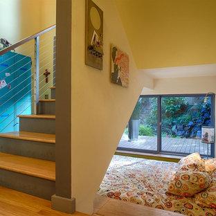 Imagen de escalera en U, contemporánea, pequeña, con escalones de madera y contrahuellas de madera pintada