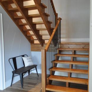 Modelo de escalera suspendida y madera, de estilo americano, grande, con escalones de madera, contrahuellas de madera, barandilla de madera y madera