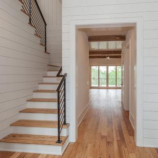 Ejemplo de escalera en U y machihembrado, marinera, grande, con escalones de madera, contrahuellas de madera pintada, barandilla de metal y machihembrado