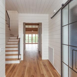 Imagen de escalera en U y machihembrado, marinera, grande, con escalones de madera, contrahuellas de madera pintada, barandilla de metal y machihembrado