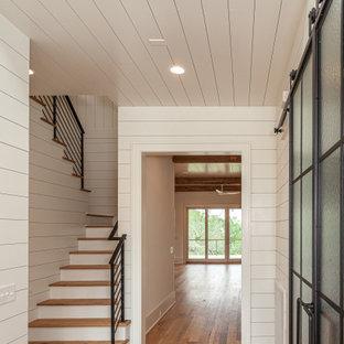 Modelo de escalera en U y machihembrado, marinera, grande, con escalones de madera, contrahuellas de madera pintada, barandilla de metal y machihembrado