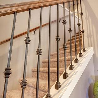 Diseño de escalera recta, tradicional renovada, de tamaño medio, con escalones enmoquetados y contrahuellas enmoquetadas