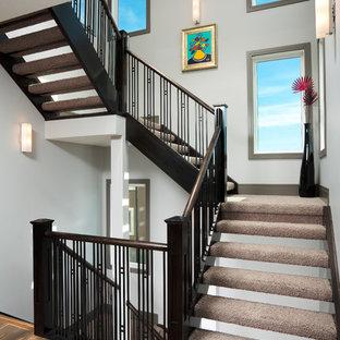カルガリーの大きいカーペット敷きのコンテンポラリースタイルのおしゃれな階段の写真