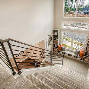 Imagen de escalera en U, de estilo americano, con escalones enmoquetados y contrahuellas enmoquetadas