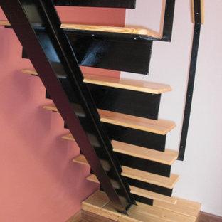 Imagen de escalera en L, mediterránea, con escalones de madera y contrahuellas de metal