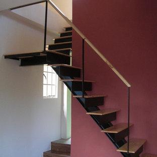 Foto de escalera en L, mediterránea, con escalones de madera y contrahuellas de metal