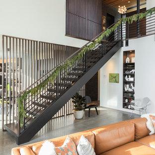 ポートランドの広いミッドセンチュリースタイルのおしゃれな階段 (金属の手すり) の写真