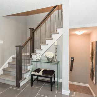 Diseño de escalera en U, contemporánea, con escalones enmoquetados y contrahuellas enmoquetadas