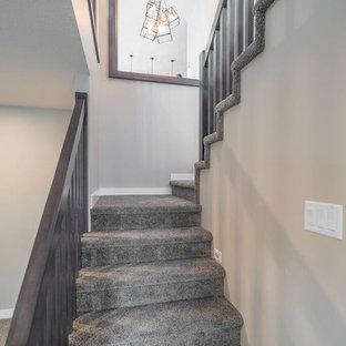 Imagen de escalera en U, de estilo americano, de tamaño medio, con escalones enmoquetados, contrahuellas enmoquetadas y barandilla de madera