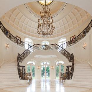 Exempel på en mycket stor medelhavsstil svängd trappa