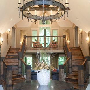 Ejemplo de escalera curva, rústica, grande, con escalones de madera, contrahuellas de madera y barandilla de madera