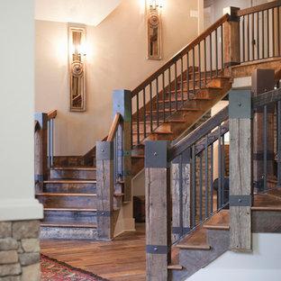 Modelo de escalera curva, rural, grande, con escalones de madera, contrahuellas de madera y barandilla de madera