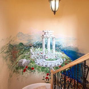 Ejemplo de escalera de caracol, mediterránea, con escalones enmoquetados