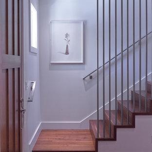 Diseño de escalera recta, moderna, de tamaño medio, con escalones de madera y contrahuellas de madera