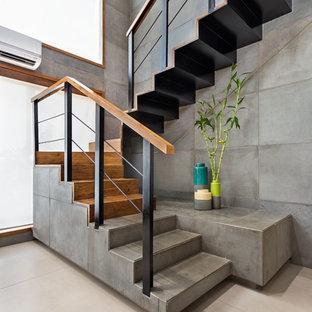 На фото: п-образная лестница в стиле лофт с бетонными ступенями и бетонными подступенками с