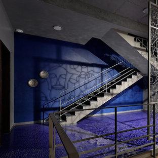 Diseño de escalera en U, de estilo zen, con escalones con baldosas, contrahuellas con baldosas y/o azulejos y barandilla de metal