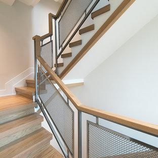 Imagen de escalera escandinava con escalones de madera y contrahuellas de madera