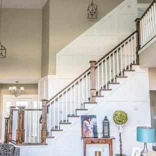 Modelo de escalera en L, de estilo americano, de tamaño medio, con escalones enmoquetados y contrahuellas de madera pintada