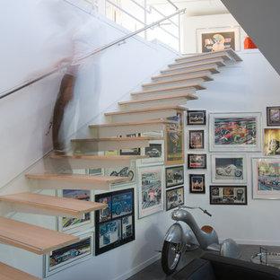 Inredning av en modern flytande trappa, med öppna sättsteg
