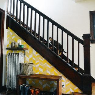 Foto di una piccola scala a rampa dritta stile americano con pedata in legno