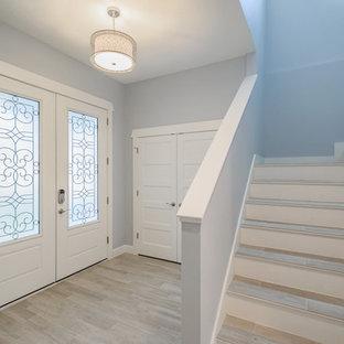 タンパの中くらいのタイルのコンテンポラリースタイルのおしゃれな折り返し階段の写真