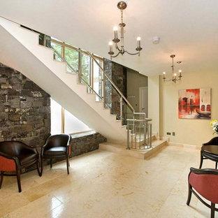 Foto de escalera suspendida, contemporánea, grande, con escalones de mármol y contrahuellas de mármol