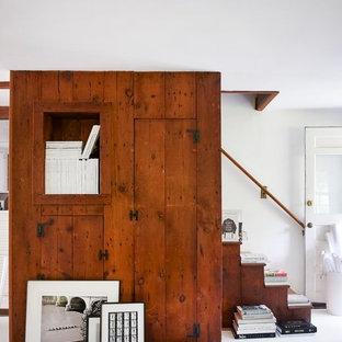 Immagine di una scala country con pedata in legno e alzata in legno