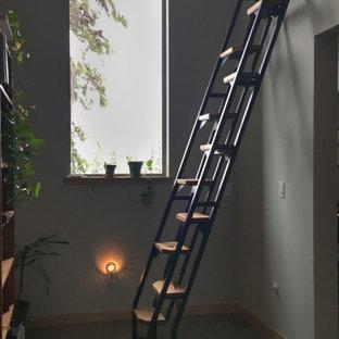 Стильный дизайн: маленькая прямая лестница в современном стиле с деревянными ступенями, металлическими подступенками и металлическими перилами - последний тренд