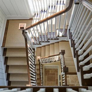 Ispirazione per una grande scala a chiocciola tradizionale con pedata in legno, alzata in legno verniciato e parapetto in legno