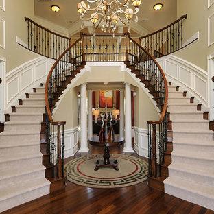 Diseño de escalera curva, tradicional, con escalones de madera y contrahuellas de madera