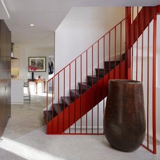 Modelo de escalera en L, moderna, grande, con escalones de madera y contrahuellas de madera