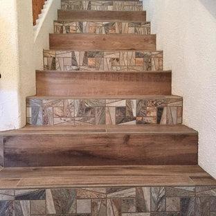 Foto de escalera recta, rural, de tamaño medio, con escalones con baldosas y contrahuellas con baldosas y/o azulejos
