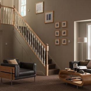 Esempio di una scala a rampa dritta minimalista con pedata in moquette, alzata in moquette e parapetto in legno