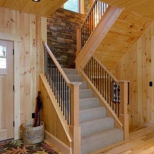 Imagen de escalera en U, rural, de tamaño medio, con escalones enmoquetados, contrahuellas enmoquetadas y barandilla de metal