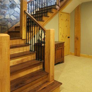 クリーブランドのラスティックスタイルのおしゃれな階段の写真