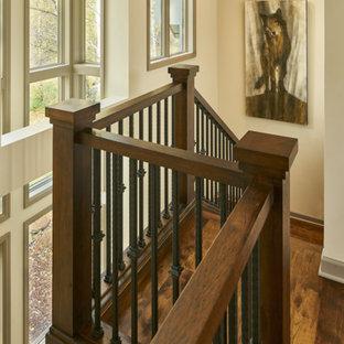 他の地域の中サイズの木のサンタフェスタイルのおしゃれな直階段 (木の蹴込み板) の写真