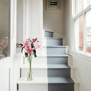 Idéer för små nordiska l-trappor i trä, med sättsteg i målat trä